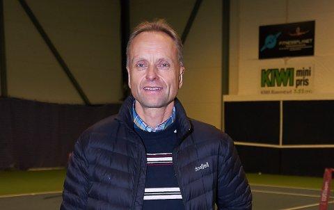 Leder i Svelvik Tennisklubb, Audun Kleven, kan juble over at den nye banen nå er klar.
