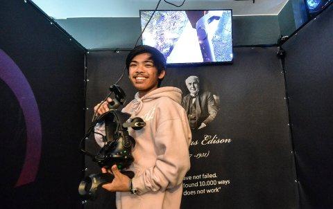 PÅ KURS: Johan Tran (22) er én av 14 ungdommer som deltar på et kurs i Nav-regi om utdanning og jobb. Bruk av VR-briller er en sentral del av kurset.