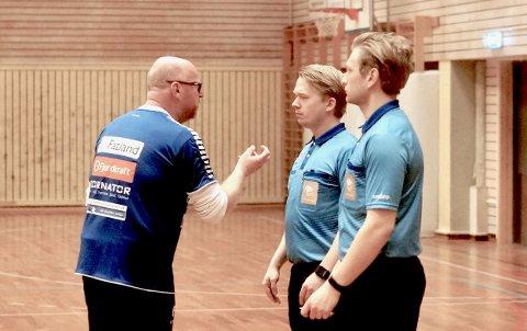 SH-trener Petter Kjærnes i tett dialog med dommerne etter kampen mot Kongsvinger.