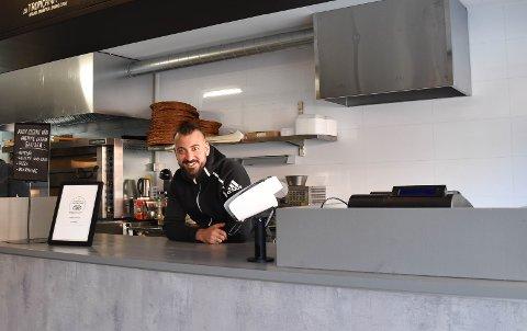 MYE NYTT PÅ PLASS: – Vi har laget ny disk, malt og fått på plass nytt elektrisk anlegg. Dessuten er det et nytt og godt avtrekk over pizzaovnene, smiler daglig leder og eier av Perfect Pizza, Markus Chukro (30). Foto: Vibeke Bjerkaas