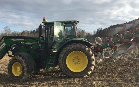 IRRITERENDE: Bonde Helge Brattekværne er oppgitt over tyveriet fra traktorene på gården i Stokke.