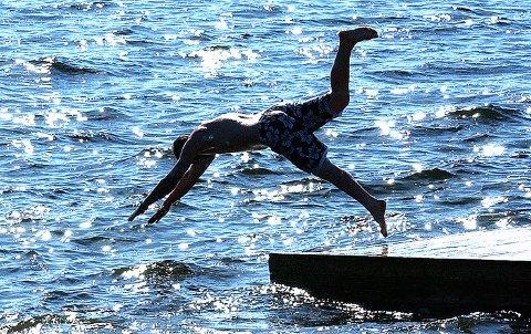 HOPP I HAVET: Denne uka kan det være godt å avkjøle seg i sjøen.