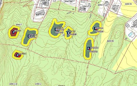 STEINALDERBOPLASSER: Kartet viser funnet av steinalderboplassene. De fem grønne feltene med gul kant er de nye funnene. De to røde feltene med gul kant (til venstre) er de tidligere funnene der funnet nede til venstre er gravrøysa fra bronsealderen.