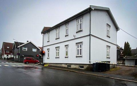 FORTSATT KRITISK: En mann i 60-årene er lagt i kunstig koma etter en brann natt til lørdag i denne bygningen med fire leiligheter. Bygningen ligger i krysset Olav Haraldssons gate-Sverres gate. Foto: Vetle Granath Magelssen