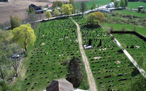 RETTFERDIGHET: Heretter blir det ikke dyrere å bestille urnenedsettelse enn en vanlig kistebegravelse. Begge deler blir gratis i Marker. Dette er kirkegården i Øymark sett fra tårnet. ARKIVFOTO: