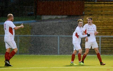 ENDELIG: Ludvig Engebretsen (t.h.) scoret tre flotte mål for Skiptvet og sterkt til at laget tok årets første seier. Her sammen med Stian Ringstad Nilsen og Ole Ivar Lauritzen (tommel opp).