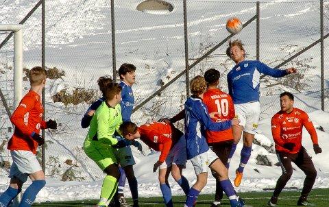 SCORET: Karl Petter Nilsen (høyest) scoret Askims mål mot Rakkestad.