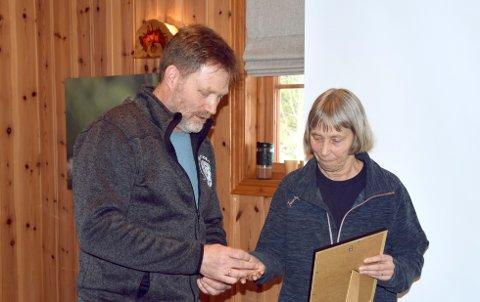 Fylkesleder Kjetil Sørby overrekker innsatsmedaljen til Ellen Rode.