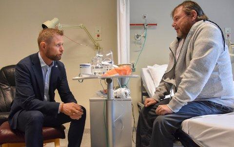Gir pasientråd: Trond Landmark (55) ga statsråd Bent Høie (H) gåde råd om helsehus. – Det er bedre her enn på sykehuset. Som pasient føler jeg meg trygg, forklarte askimingen til helsestatsråden.