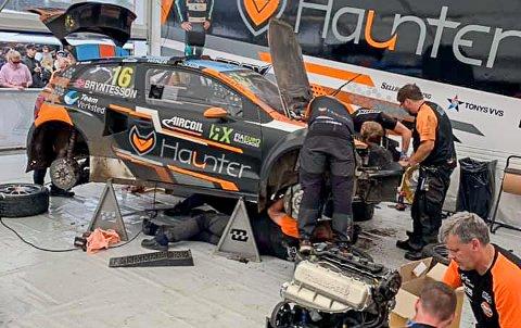 PÅ SPRENG: Teamet til Thomas Brynteson jobbet på spreng for å finne feilen og for å få bilen startklar til semifianle, men rakk det ikke.