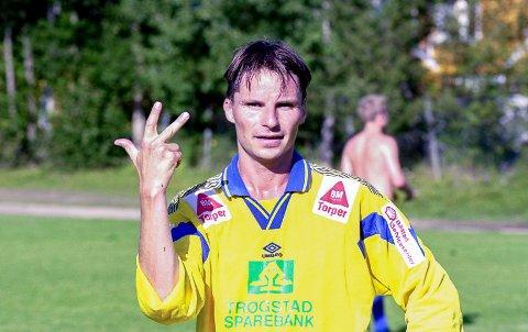 KJENT POSITUR: Det ble mange hattrick på Jens Petter Langsæther i karrieren. Her fra kamp i gult og blått fra 2000.