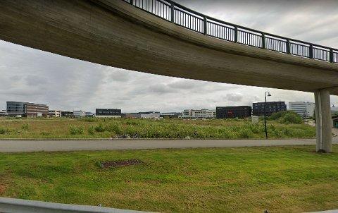 Denne tomten i Kanalsletta står ubebygd, og eierne ønsker et tennisanlegg. Men politikerne sier nei.