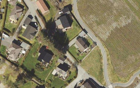Den ubebygde teigen nederst i kartet mellom gang- og sykkelveien og boligene ligger i Stavanger. Nå vil Sola flytte grensen.