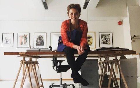 TEIKNAR: Hilde BJørg Thomsen frå Fister lever som teiknar og illustratør på fulltid. Her er ho i teiknestova på Valberget i Stavanger.