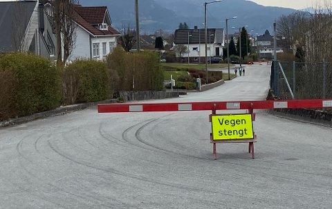STRAKSTILTAK: Det kan være fare for at noe av grunnen under denne veien raser ut. Nå er den blitt stengt, som et strakstiltak.
