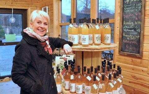 AVVIKLAR: Elisabeth Grønvik i gardsutsalet på Grønvik. Det blir ikkje laga meir eplemost når lageret er tomt.