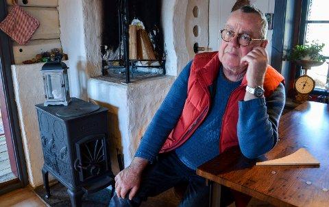 OPPRØRT: Fredrik Thorne er opprørt over det han mener er altfor hyppig besøk av feieren etter at han flyttet til Svelvik i 2017.