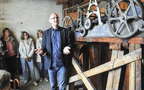 I KIRKETÅRNET: Diakoniarbeider Trygve Wikstøl, her avbildet da han ledet ei omvisning i Skien kirke.