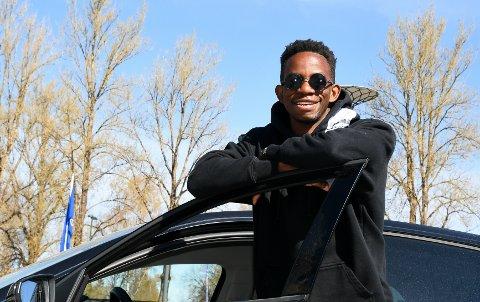 KJØRER SIN STIL: Mushaga Bakenga var opptatt av raske biler da han var yngre, men nå velger han å bruke penger på opplevelser og ting han mener er mer nødvendig. Foto: Kristian Holtan
