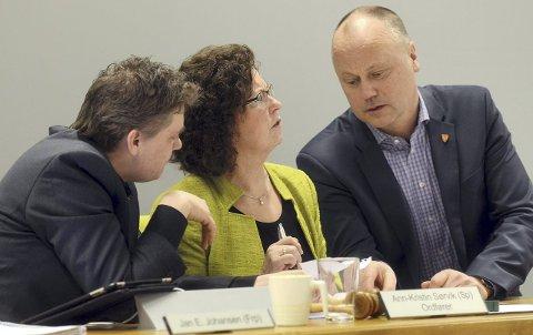Fornøyd: Ordfører Ann-Kristin Sørvik og rådmann Knut Mostad (til høyre) gleder seg over at Averøy kommune kommer godt ut i Kommune NM.ARKIVFOTO