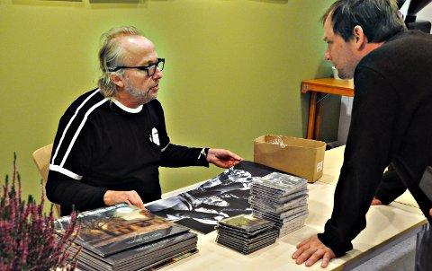 Etter bokbadet signerte Levi Henriksen bøker. Øyvind Rangøy til høyre. (Foto: Marit Skarset)