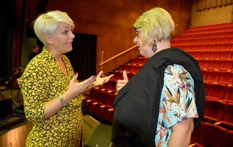STØTTE: Det økonomiske overskuddet etter konserten med Toril Moe, går til kreftsaken, noe Bjørg Anne Aanakre i Kreftforeningen takket for.