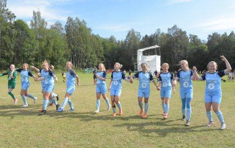 SEMI: Jentene på Kristiansund Fotball jublet for avansement til semifinale i a-sluttspillet etter seier 3-0 mot Fitjar i kvartfinalen.