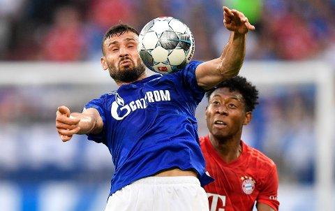 Schalkes Daniel Caligiuri (til venstre) og Bayern Münchens David Alaba i duell under lørdagens kamp - en kamp som havnet på politiets kontorpult: En Schalke-supporter mente dommerne gjorde seg skyldig i bedrageri ved at laget hans ikke fikk straffe, og valgte å anmelde dem.