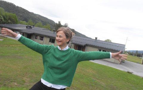 OPPTUR: Ordfører Margrethe Svinvik i Surnadal kan endelig komme med en gladsak oppi en ellers vanskelig kommuneøkonomi. Kommunen får 2,5 millioner koronakroner, penger som skal tette taket på Bøfjorden og Bæverfjord oppvekstsenter.