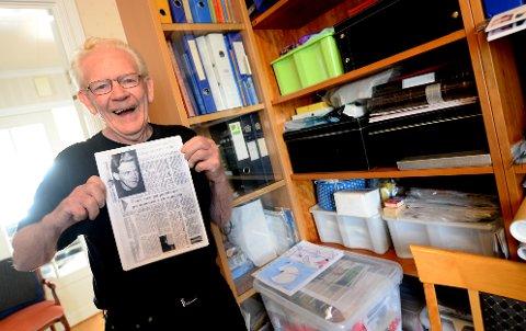 Ivar Gjøstøl viser fram et avisutklipp fra 1972. Allerede da tok han til orde for fotballsamarbeid i Kristiansund.