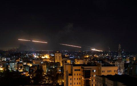 Raketter fyres av fra Gazastripen mot Israel.