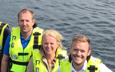 Roger Bekken (til venstre) er ny styreleder i Nekton Havbruk. Bildet er tatt under et politikerbesøk med Anniken Hauglie og Vetle Wang Soleim fra Høyre på et Salmar-anlegg for tre år siden. Salmar kjøpte tidligere i år 51 prosent av aksjene i Nekton Havbruk.