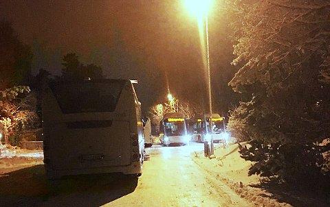 INNSTILT: Flere busser som trafikkerer rute 113 står fast i Robergrønningen på Eik. Kun deler av ruta går som normalt.
