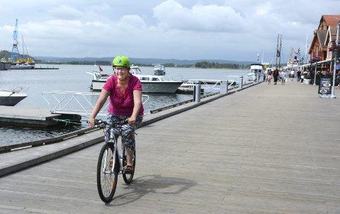 HOLD LØFTET: Vi har vedtatt at trafikkveksten skal skje ved at folk går, sykler og bruker  bussen mer. Nå får vi holde oss til det, mener Suzy Haugan (bildet).