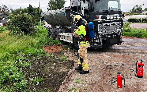 LEKKASJE: Brannvesenet rykket ut til Sandeveien på Olsrød onsdag morgen etter at en lastebil slo hull i dieseltanken.