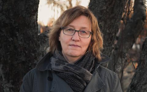 BEKREFTER: Veterinær Kristin Helgesen Torkveen i Mattilsynet bekrefter at det i Vestfold så langt er registert én hund som har fått symptomene som kjennetegner den mystiske sykdommen. Hunden ble akutt syk, og døde kort tid senere.
