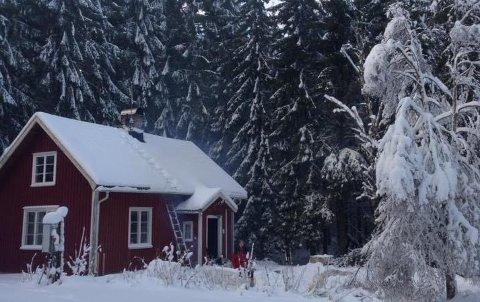 INGEN HYTTEJUL: Benedichte Lyngås og mannens hytte i Sverige blir ikke brukt i jula i år.