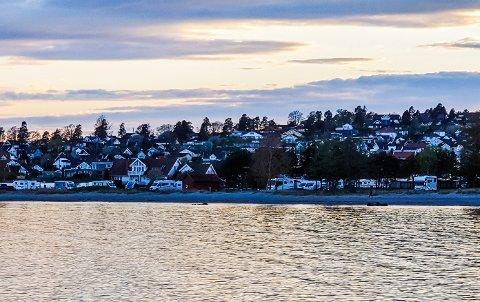 I GRENSELAND: Både Tønsberg parkering og kommunen reagerer kraftig på at bobilfolket har tatt seg til rette på Ringshaugstranda.