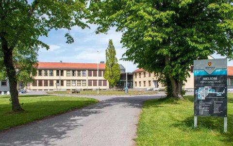 STENGT: Melsom videregående skole er stengt som følge av flere smittetilfeller på skolen.