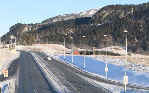 UENIG I MÅLING: Legen ble målt til 160 kilometer i timen  i nordgående retning i 90-sonen på E6 i Stjørdal, like sør for der dette bildet er tatt. Sakkyndig mente at lyktestolpene bidro til «en litt tvilsom måling».