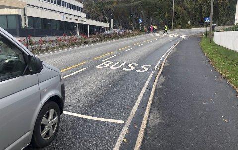 Kantstopp: I dette svært trafikkerte området har fylkeskommunen nå etablert et busstopp midt i veien. Flere reagerer på denne løsningen. Foto: Marianne Drivdal