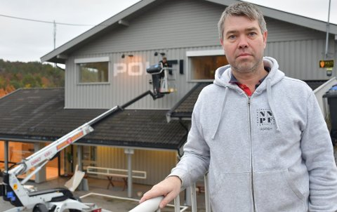 Politikontakt i Tvedestrand, Morten Tobiassen, da politiskiltet ble skrudd ned på Bergsmyr i fjor høst. Arkivfoto