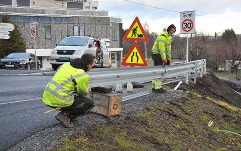 ETTERLENGTET:Emil Barchan(t.v.) og Tomek Glaszczka i AS Gjerde- og Sikringsservice monterer autovern i Skolemesterveien.