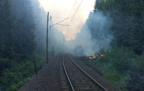 UTSATT:Fra brannen på Gjøvikbanen gjennom Nittedal søndag kveld.