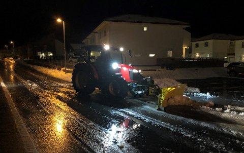 TIDLIG PÅ JOBB: Brøytebil i Kullmileveien på Rotnes lørdag morgen.