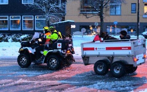 TØFF DAG: 12 personer fra Nittedal Røde Kors var i virksomhet i Gjerdrum på dagen onsdag og inn i natt til torsdag i forbindelse med skredet ved Ask i Gjerdrum. Her frakter de en hundeekvipasje fra politiet inn til skredområdet.