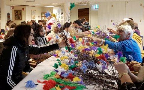 RISTILEGENVAKSINE:Elever fra Bjertnes videregående skole har i vinter hjulpet Nittedal Sanitetsforening med å binde fastelavensris.