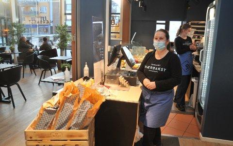 ÅPENTMENSTILLE:Vikarierende daglig leder Anne-Mette Olsen på Bakeriet håper snart på bedre tider.