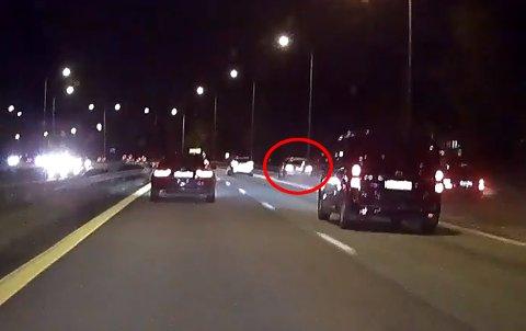 OPPSIKTSVEKKENDE: På veiskuldere, i påkjøringsfeltet og forbi flere biler på innsida. Se den oppsiktsvekkende videoen litt lenger ned i saken.