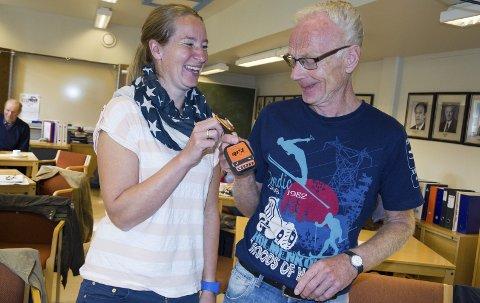 Fant hverandre: Marit Mjøen Solem, daglig leder i FindMySheep og Kåre Bakosgjelten, leder i Os eldreråd, fant tonen som foredragsholder og vertskap. Det kom også fram at de kjente godt til hverandre fra før, som tidligere elev og lærer. Foto: Guri Jortveit